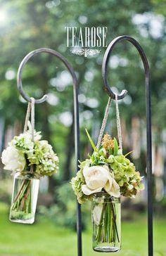Esküvői virágdekoráció kovácsolt csigapálcán | wedding flowers on wrought iron http://www.tearosedecoration.com/eskuvoi-dekoraciok-izelito/