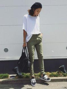シンプルな白Tシャツにスリムなベイカーパンツを合わせた、スマートなカジュアルコーデ。スニーカーやバッグなどの小物は黒でまとめて。ベレー帽で季節感もばっちり押さえています。 Japan Fashion, Daily Fashion, Olive Green Pants Outfit, Summer Outfits, Casual Outfits, Sneakers Looks, Vans Sneakers, Mode Jeans, Summer Fashion Trends