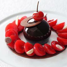 Cerises pochées aux épices mousse légère au chocolat | Cherries poached with spices & chocolate mousse | Claire Heitzler | Lasserre (Paris France) | Beloved By @hipsterfoodofficial #hipsterfoodofficial by hipsterfoodofficial