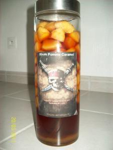 Rhum Pommes & Caramel - Recette, préparation et conseils sur Rhum arrangé .fr Homemade Liquor, Cocktails, Drinks, Pina Colada, Kefir, Mojito, Milkshake, No Cook Meals, Cucumber