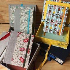 Encomenda linda de agendas e caixas. Presente criativo e cheio de amor.⠀  ⠀  ⠀  #agenda #2017 #agenda2017 #papelaria #presente #natal #feitoamao #handmade #organizacao #organizar #Flores #flowers #artesanal #artesanato #ateliefofurices #fofura #fofurices #caixa #box #cartonagem