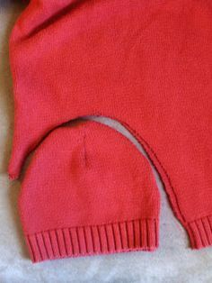 Hat from old sweater I love to do this kind of repurposing, (Diy Clothes Refashion) Sweater Mittens, Old Sweater, Wool Sweaters, Sewing Hacks, Sewing Crafts, Sewing Projects, Art Projects, Quilting Projects, Diy Crafts