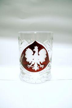 Kryształowa szklanka do whisky z czerwonym ręcznie malowanym polem, na którym wygrawerowany został orzeł Polski. Jest to cudowna pamiątka z Polski i  wspaniały pomysł na prezent dla obcokrajowców.