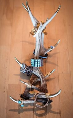 Jewelry Organizer gold painted, glitter dipped antlers as jewelry storage. - DIY jewelry organizer roundup: Display your jewelry with these DIY jewelry holders and storage ideas you can make yourself. Antler Jewelry Holder, Jewelry Box, Jewelery, Jewelry Making, Jewelry Hanger, Jewelry Tree, Jewelry Stand, Jewelry Ideas, Rustic Jewelry