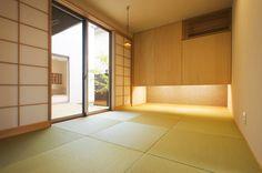 エアコンを隠し、すっきりと。押入れ下の間接照明がおしゃれ。 Washitsu, Japanese Interior, Free Space, Japanese Architecture, Japanese House, Wabi Sabi, Playroom, Furniture, Design