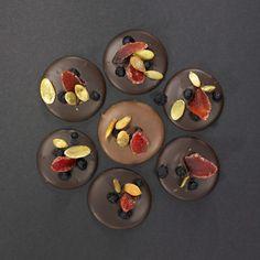 Sjokoladepletter med bær og nøtter