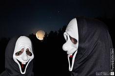 Zombiekostüme zu Halloween  in der Nacht zu Allerheiligen als Geister, Hexen und Monster. Bilder und Fotos