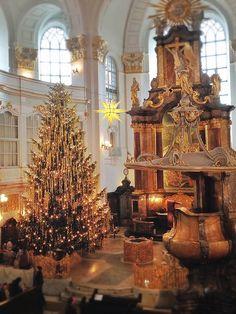 Damit hat nun auch offiziell die Vorweihnachtszeit Einzug im Michel gehalten: Der Wichern-Adventskranz hängt, der Herrenhuter Stern leuchtet und nun steht auch der 11 Meter hohe und ca. eine Tonne schwere Weihnachtsbaum und ist mit Lametta und 800 Kerzen geschmückt. Na denn man tau ...