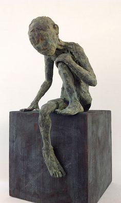 Figura Ne265. 2015. Arcilla polimérica. Polvo de bronce patinado. Madera. 30 x 15 cm. http://facebook.com/pablohuesoescultura