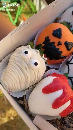 Halloween Appetizers, Halloween Desserts, Halloween Food For Party, Halloween Treats, Halloween Cookies, Strawberry Halloween, Postres Halloween, Hallowen Food, Chocolate Covered Treats