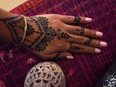"""hennashantalla: """"Si quieres algo sencillo para tus manos existen miles de diseños y combinaciones de anillos para henna o jagua 😄 Recuerda que los anillos están a 2x1 permanentemente 😀 HENNA..."""