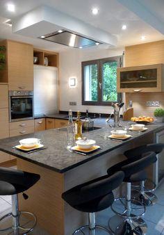 Cuisine Chêne Blanchi + Plan Pierre Naturelle Matrix Satiné + hotte de plafond + îlot