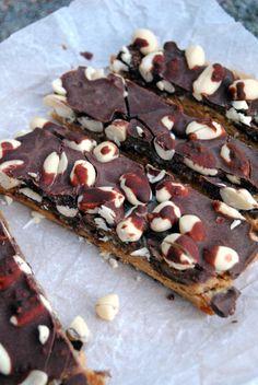 Raaka Snickers // Raw Cake Snickers bars Fod & Style Pipsa 'Airaksinen Photo Pipsa Airaksinen www.maku.fi