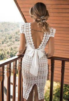 Vestido branco curto rendado para noiva: confira no post 35 modelos para noivado ou casamento civil. Muitos vestidos do post podem ser boas opções também para missas de batizado. #vestidobranco #vestidomidi #casamentocivil #noivado #batizado #noiva