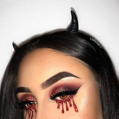 10 devilish Halloween makeup looks that are sure to please even beginners .- 10 devilish Halloween make-up looks that can also stand out beginners – 10 easy ways to do devil make-up for Halloween 2018 Byrdie UK – # withdrawn # BEGINNERS - Cute Halloween Makeup, Halloween Looks, Halloween Ideas, Halloween Outfits, Scarry Halloween Costumes, Easy Halloween Costumes Scary, Demon Halloween Costume, Halloween Tumblr, Halloween Eyeshadow
