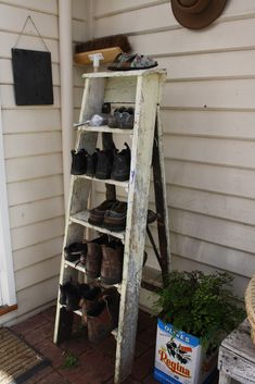 toidcleat I would like such a ladder on the front door # who would like # door # me # ladder Lami Outdoor Shoe Storage, Boot Storage, Refacing Kitchen Cabinets, Man Of The House, Farmhouse Chic, Mudroom, Country Decor, Ladder Decor, Outdoor Decor