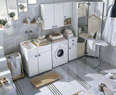 こちらは白いランドリー。お洗濯、乾燥、アイロンがけが一部屋でできるようになっています。窓から差し込む光も、ナチュラルクリーンなコーディネートに一役買っていますね。戸棚や引き出しなどがたくさんあるので、扉を全部閉めてしまえば、細々したものを隠して色の氾濫を抑える事ができそうです。