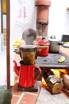 Na Roça quando o galo Canta... Meu fugão di lenha já tá aceso... Coffee Is Life, Coffee Shop, Coffee Maker, Coffee Wine, V60 Coffee, Healthy Desayunos, Distilling Equipment, Barbecue Design, Rocket Stoves