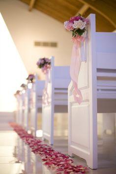 Los pétalos de rosas también se ven increíbles en la orilla del camino hacia el altar. #Wedding #Ideas