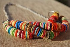 Collana colorata all'uncinetto - Al posto delle perline ci sono tanti piccoli dischetti di cotone.
