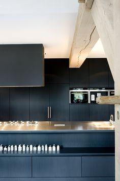 Marco van Veldhuizen richt zich op interieur en architectuur en heeft in de loop der jaren binnen- en buitenland uiteenlopende projecten mogen realiseren.