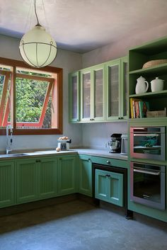 Love the green cupboards and the windows. Good oven heights as well, being short I've always struggled with wall ovens. Green Kitchen, Kitchen Redo, Kitchen Design, Kitchen Cabinets, Kitchen Ideas, Kitchen Inspiration, Pantone Verde, Casas Country, Rustic Wine Racks