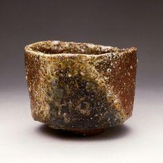 中村研一(1895-1967)作 信楽半筒形 銘「君が代」(1959年、中村研一記念小金井市立はけの森美術館)1950年頃から、中村は陶磁器に興味を持つ。九谷では徳田八十吉の窯で絵付けをおこない、備前や信楽では自ら土をひねり作陶を始める。画家特有の大胆な絵付けは、陶芸家たちからも好意をもって受け入れられていた。本人は、制作する際に他人の手をわずらわすことが少ない理由から、釉薬をかけずに焼く信楽や備前を好んでいた。この作品は信楽の直方窯で作られたもの。