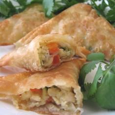 Crispy Southwest Chicken Wontons - or puff pastries Yummy Appetizers, Appetizer Recipes, Asian Recipes, Mexican Food Recipes, Tapas, Chicken Wontons, Southwest Chicken, Cooking Recipes, Fun Recipes