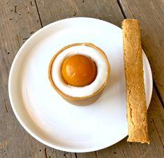 Coque au chocolat blond et à la mangue façon oeuf à la coque et sa mouillette