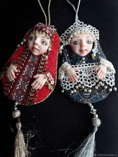 Авторские сувенирные куклы Матренки – купить в интернет-магазине на Ярмарке Мастеров с доставкой - F8EVZRU Christmas Tree Toy, Christmas Ornaments, Beaded Brooch, Embroidery Hoop Art, Bjd Dolls, Needle And Thread, Handmade Toys, Crochet, Creative