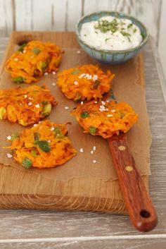 Karottenpuffer mit Frühlinszwiebeln und Joghurtdip   Zeit: 30 Min.   http://eatsmarter.de/rezepte/karottenpuffer-mit-fruehlinszwiebeln-und-joghurtdip