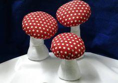 Cogumelo em tecido e feltro para decoração de mesa ou lembrança. Pode servir como peso de porta. Temos 3 tamanhos: P, M ou G. R$10,00 é o valor do P com 15 cm de altura. R$ 10,00