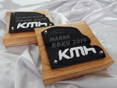 Statuetka z okazji plebiscytu na najlepsze samochody i marki roku 2014 zorganizowany przez firmę KMH. Została wykonana z drewna i czarnej grawerowanej pleksi.