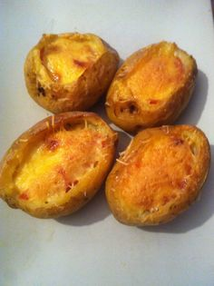 Gevulde aardappels  http://www.gimmesomeoven.com/idaho-sunrise-baked-eggs-and-bacon-in-potato-bowls/