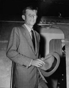 A very frail Jack Kennedy, still recovering from his WWII wounds. American Presidents, Us Presidents, American History, American Soldiers, British History, Native American, John Kennedy, Kennedy Assassination, Haunting Photos