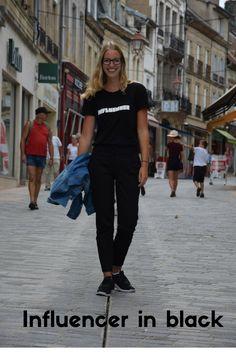 Een influencer in black. Een sportieve outfit voor een blogger ;)