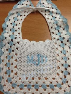 Babero tejido en crochet con monograma por Pilar Lomba