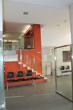 Ideas de #Vestibulo, Oficina, Escalera, estilo #Contemporaneo color  #Rojo,  #Blanco,  #Negro, diseñado por Francesc Plazas Nebot  #CajonDeIdeas