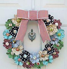 O blog Studio da Lu encontrou esta guirlanda com flores de tecido coladas sobre uma base. A escolha das estampas do tecido faz toda a diferença. +