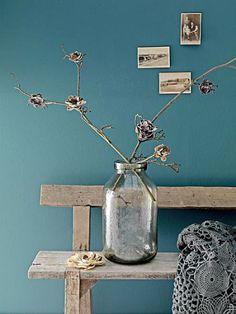 Mooie grote vaas met bloemen! En ik houd van de blauwe kleur in combinatie met het hout