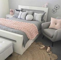 chambre rose et gris, fauteuil gris, coussin rose, plaid tricoté, coussins déco