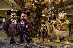"""A magia dos feriados retorna à Disney Cruise Line no outono americano de 2022 com os cruzeiros """"Halloween on the High Seas"""" e """"Very Merrytime"""" em toda a frota, incluindo a primeira temporada de outono no novo Disney Wish. Com os cruzeiros saindo da Flórida, Nova York, Texas e Califórnia, os hóspedes terão muitas oportunidades de aproveitar férias em alto-mar com a Disney Cruise Line."""