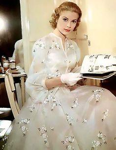 Grace Kelly elegance defined. gracekelli, wedding dressses, princess, fashion, high societi, dresses, the dress, grace kelli, grace kelly