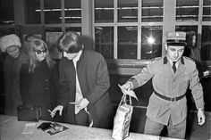 Because of two bottles of whiskey: John Lennon and his wife Cynthia are stopped by a customs officer at Kloten Airport. | Tages-Anzeiger