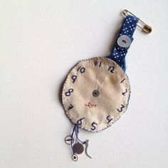 Broche brodée, montre - hand stitched, embroidered clock, One Bunting Away Textile Jewelry, Fabric Jewelry, Jewelry Art, Jewellery, Embroidery Patterns, Hand Embroidery, Machine Embroidery, Brooches Handmade, Handmade Jewelry