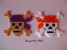 Calaveras piratas en hama mini como broches o imanes. Si te gustan puedes adquirirlas en nuestra tienda on-line: http://www.mistertrufa.net/sugarshop/ Ver más en: http://mistertrufa.net/librecreacion/groups/hama-beads/