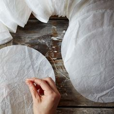 diy decoracion Alternatively, if you want to turn some a bright color, add some food coloring to the spray bottle at this stage. Coffee Filter Garland, Coffee Filter Flowers, Coffee Filters, Circle Garland, Diy Garland, Diy And Crafts, Paper Crafts, Deco Table, Homemade Baby