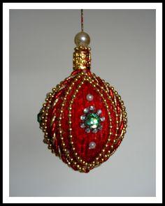 Pingente natalino confeccionado com bola de isopor e alfinetes, adornado com fitas, pérolas,miçangas,strass, cristais e metal dourado.