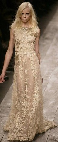 See the entire collection from the Valentino Spring 2013 Couture runway show. Winter Trends, Beautiful Gowns, Beautiful Outfits, Gorgeous Dress, Love Fashion, Runway Fashion, Couture Fashion, Style Fashion, Fashion Design