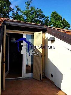 Proponiamo bilocale in affitto, immerso tra i tetti rinascimentali del cuore della città. L'appartamento è dotato di una terrazza che permette di godersi il panorama dall'alto. Completano il tutto l'aria condizionata, l'impianto di allarme, la porta blindata, il locale lavanderia e il videocitofono.  www.immobiliareblu.it Per ulteriori info 059-697177 o mail carpi@immobiliareblu.it  Seguici sulla nostra pagina FacebooK: www.facebook.com/ImmobiliareBlu